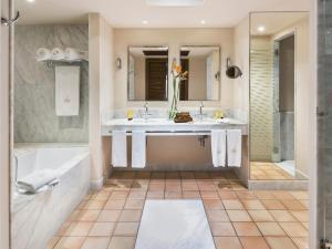 A bathroom at Bahia del Duque