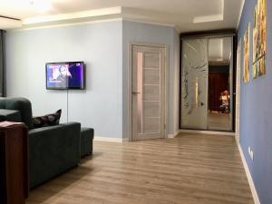 Телевизор и/или развлекательный центр в Апартаменты у метро Красный проспект