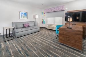 A seating area at Hampton Inn & Suites Conway, Ar