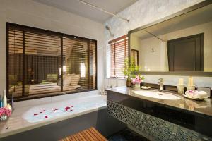 A bathroom at Hanoi Center Silk Hotel & Travel