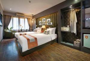 A bed or beds in a room at Hanoi Center Silk Hotel & Travel