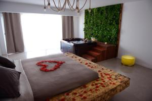 A bed or beds in a room at Rooftop Luxe Verduron Jacuzzi Spa