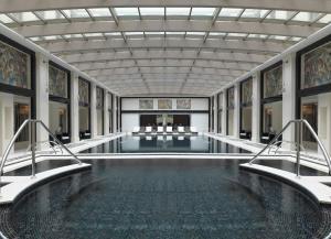 Бассейн в Four Seasons Hotel Moscow или поблизости