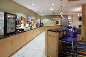 A restaurant or other place to eat at Holiday Inn Express Hotel & Suites Rock Springs Green River, an IHG Hotel