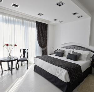 A bed or beds in a room at Tinto Boutique Hotel