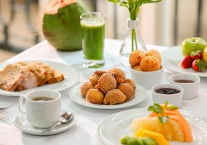 Breakfast options available to guests at Estanplaza Ibirapuera