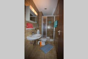 A bathroom at Ruhiges Gästezimmer am Stadtpark