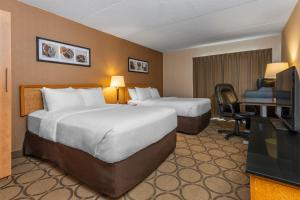 A bed or beds in a room at Comfort Inn Simcoe