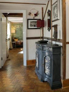 A kitchen or kitchenette at Woodleys Farmhouse