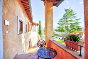 A balcony or terrace at Via Lippia Villa Sleeps 4 with Pool
