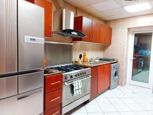 Cucina o angolo cottura di Private rooms in 3 bedroom apartment SKYNEST Homes marina pinnacle