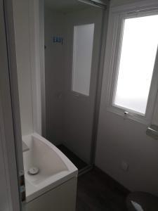 Salle de bains dans l'établissement Mobil home 6-8 personnes