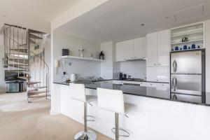 A kitchen or kitchenette at Geelong Waterfront Penthouse Apartment