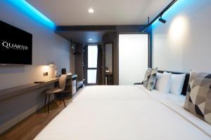 Ein Bett oder Betten in einem Zimmer der Unterkunft The Quarter Silom by UHG