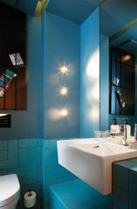 A bathroom at 25hours Hotel The Goldman