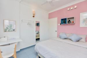 A bed or beds in a room at Bright, Funky, and Arty Interior, by Sanguine