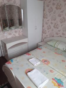 """Кровать или кровати в номере """"АдмиралЪ"""""""