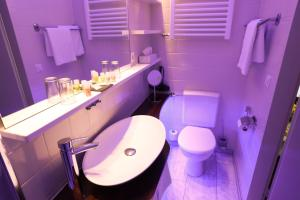 A bathroom at Hotel Modena