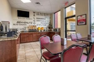 A restaurant or other place to eat at Econo Lodge Inn & Suites Maingate Central