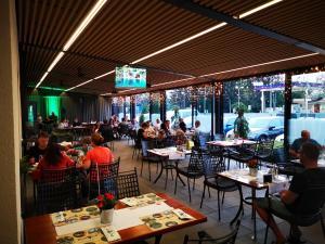 Ein Restaurant oder anderes Speiselokal in der Unterkunft Plitvice Holiday Resort
