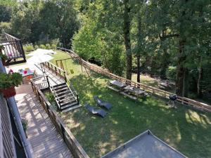 Vue sur la piscine de l'établissement GITES DU DOUL 21 pers avec salle 50m2 attenante, PMR, Carcassonne 45kms ou sur une piscine à proximité