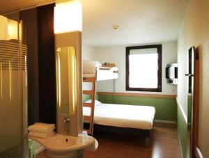A bathroom at ibis budget Nimes Centre Gare