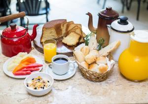 Breakfast options available to guests at Estanplaza Nações Unidas