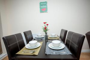 A restaurant or other place to eat at The Perfect Stay - Coventry