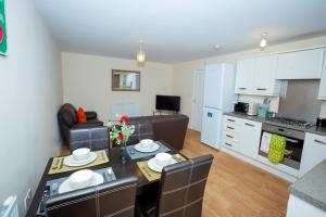 A kitchen or kitchenette at The Perfect Stay - Coventry