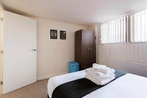 A bed or beds in a room at James Reckitt Library Serviced Apartments - Hull Serviced Apartments HSA