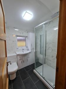 A bathroom at Bruxie Holiday Cottages
