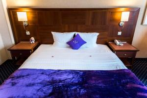 A bed or beds in a room at Parkhotel Bochum by stays