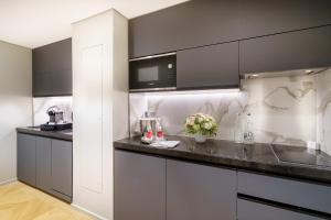 A kitchen or kitchenette at Fraser Suites Le Claridge Champs-Elysées