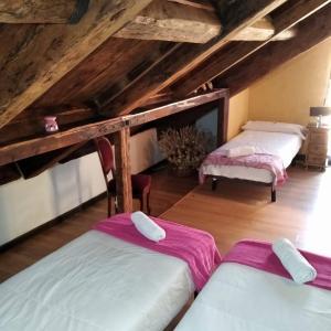 A bed or beds in a room at Hostal La Bastide du Chemin