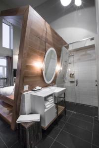 A bathroom at Hôtel & Spa Le Germain Charlevoix