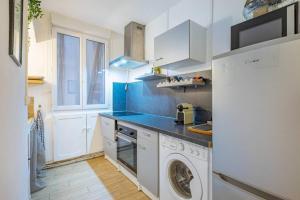 A kitchen or kitchenette at T2 Plage Catalans-Vieux port