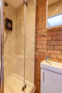 A bathroom at Salisbury Street Guesthouse