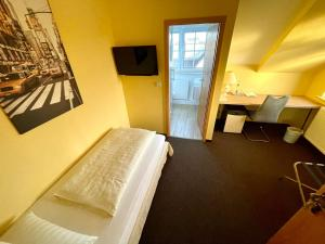 A bed or beds in a room at Hotel Residenz Stockstadt