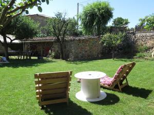 A garden outside Albergue Turístico La Casa del Páramo