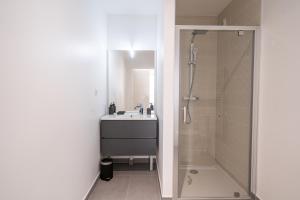 A bathroom at LE CASTEL ET MUCEM