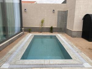 A piscina localizada em Divon Chalets ou nos arredores