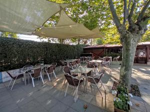 Un restaurante o sitio para comer en Camping El Pinajarro