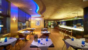 A restaurant or other place to eat at Carlemany Girona