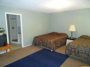 A bed or beds in a room at Blue Mountain Motel