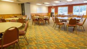 A restaurant or other place to eat at Magnuson Hotel Wildwood Inn Crawfordville
