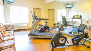 The fitness centre and/or fitness facilities at Magnuson Hotel Wildwood Inn Crawfordville