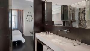 A bathroom at Park Plaza Victoria Amsterdam