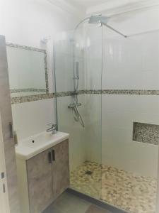 A bathroom at Mer d'Elen IV