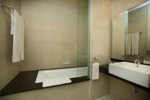 A bathroom at Grand Kecubung Hotel