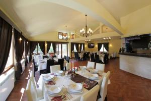 A restaurant or other place to eat at Pension Cuibul Viselor